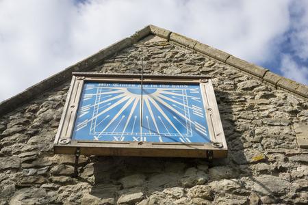 reloj de sol: Reloj de sol en la pared de la abadía de la catedral es una réplica de la original forma la década de 1400