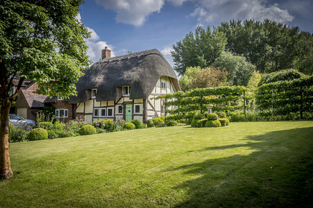 Picturesque English thathced cottage and garden Foto de archivo
