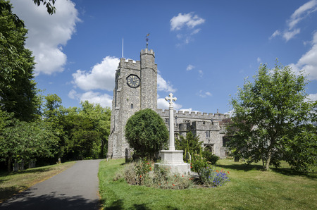 memorial cross: Cruz conmemorativa en los terrenos de Chilham Iglesia, Chilham, Kent, Reino Unido