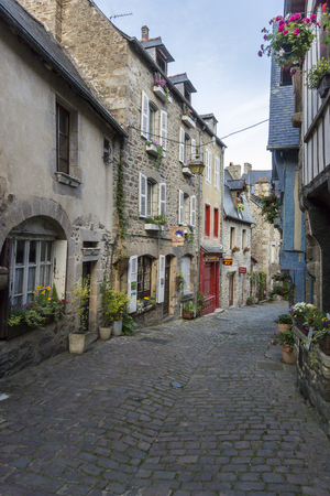 DINAN, BRITTANY, FRANCE, 15 JUNE 2015 -  medieval cobbled street and buildings in the city of Dinan, Brittany, France 新闻类图片