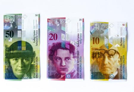 Zwitserse frank geld en valuta van Zwitserland op een witte achtergrond