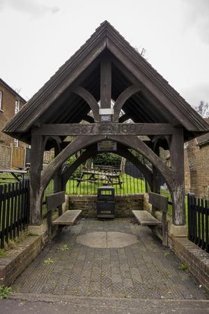 이전에는 마을 펌프를 수용 한 목조 기념 쉼터. Bearsted, Kent, 영국의 마을에서 빅토리아 여왕의 다이아몬드 희 년을 기념하기 위해 세워졌습니다.