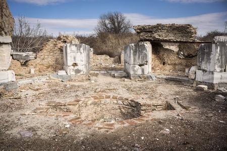 pila bautismal: Fuente bautismal en la iglesia de María en la antigua ciudad de Éfeso en Selcuk, Turquía