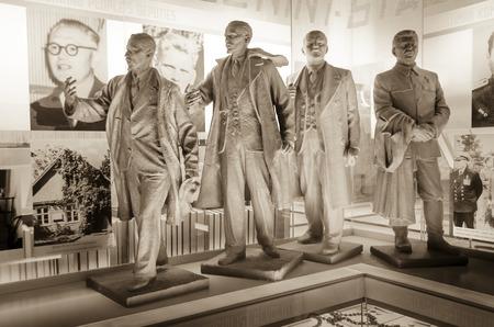 Estátuas socialistas realistas de líderes comunistas no Museu das Ocupações, Kuressaare, Saarema, Estônia Foto de archivo - 83117949