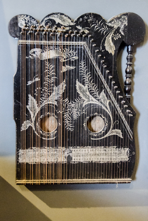 Kannel はバルト ボックス琴ファミリーに属するエストニア撥弦楽器です。