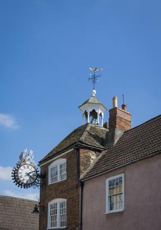 """톨시 (Tolsey) 시계는 빅토리아 여왕 시대의 다이아몬드 희년 (60 세)을 기념합니다. 시계는 """"1837 - 1897""""이라고 말합니다. 영국의 Glouc"""