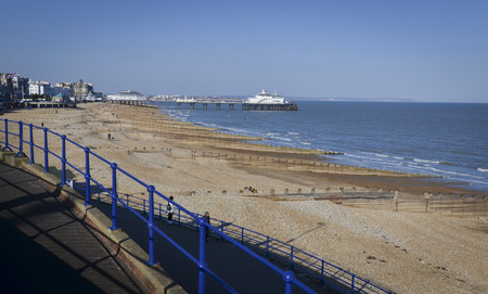 The beach and coastline with the pier in the distance, at Eastbourne, East Sussex, UK Standard-Bild - 121438452