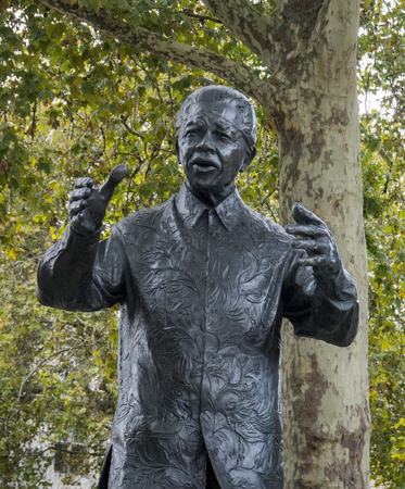 Die Statue von Nelson Mandela in Parliament Square, Westminster, London, UK
