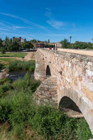 Ancient stone Roman bridge in the city of Salamanca, Spain 免版税图像