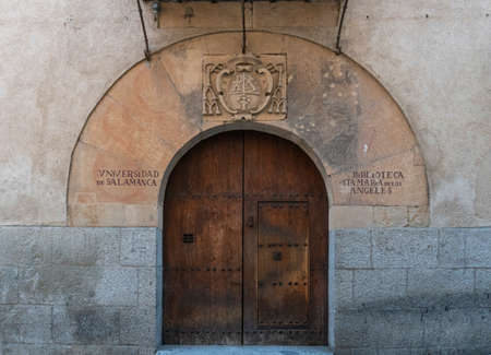 Wooden door of the University Library  in the city of Salamanca, Spain 新闻类图片