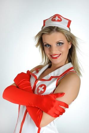 Jeune infirmière sexy avec des cheveux rouge