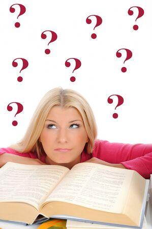 query: jong behoorlijk moe student meisje met veel boeken denken. geïsoleerd op witte achtergrond Stockfoto