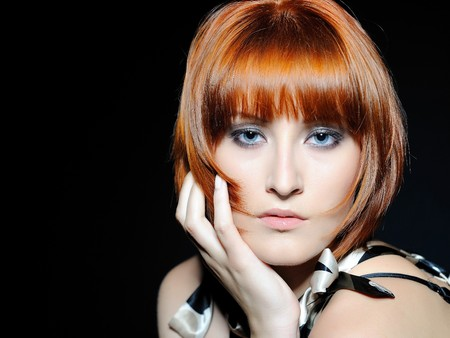 hair short: Retrato de belleza de mujer bonita con peinado de bob de moda corto. fondo negro