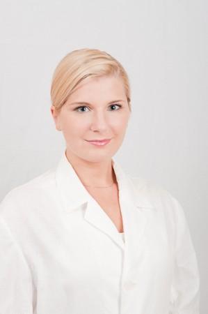 uniforme medico: Hermoso m�dico femenina con uniforme blanco de m�dico