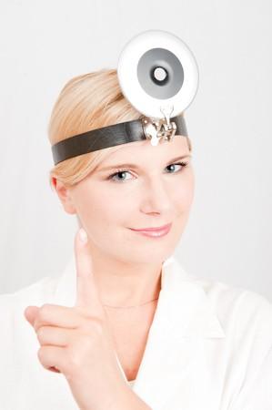 uniforme medico: Hermoso m�dico femenina en blanco uniforme m�dico dando consejos de salud