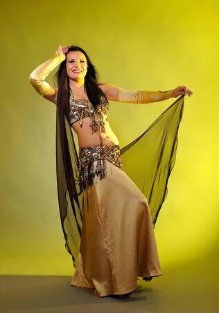 stage makeup: Ballerina sexy bella donna in costume bellydance con palco professionale piuttosto make-up