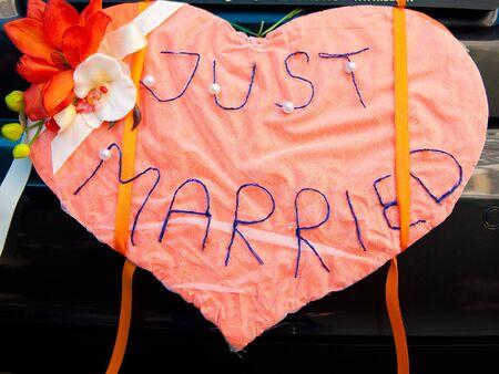 recien casados: signo de boda s�lo casadas para coche o decoraci�n  Foto de archivo