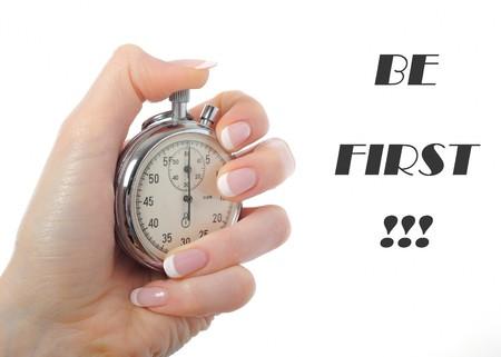 llegar tarde: Womans hermosa mano con reloj de parada. aislados en fondo blanco