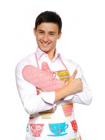 Jung lächelnd mann in Schürze, die Vorbereitung zu romantisches Abendessen kochen