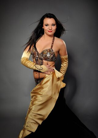 stage makeup: Ballerina bella donna in costume bellydance con palco professionale piuttosto make-up