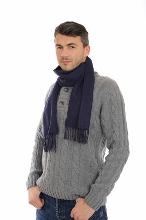 ropa de invierno: Positivo apuesto joven hombre en ropa casual de invierno c�lido pensando. aislados en fondo blanco