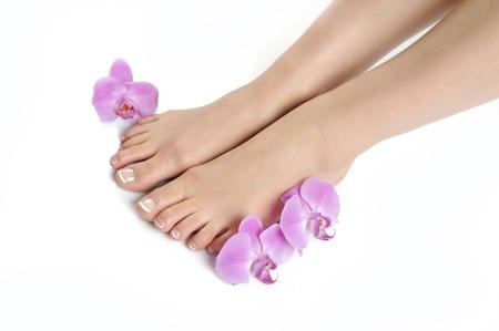 manicura pedicura: Hermosas pies con spa perfecto franc�s clavo pedicure.isolated