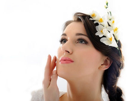 Beautiful spring woman with pure skin and flowers in her hair Standard-Bild