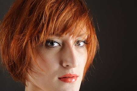 hair short: Retrato de hermosa mujer con peinado de moda