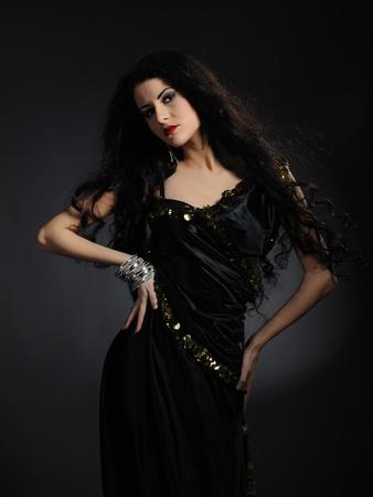 Hermosa mujer con largo y negro cabello saludable en ropa tradicional árabe Foto de archivo - 9096765