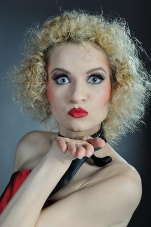 stage makeup: Visualizza bella ragazza di cabaret con make-up fase luminosa. le espressioni