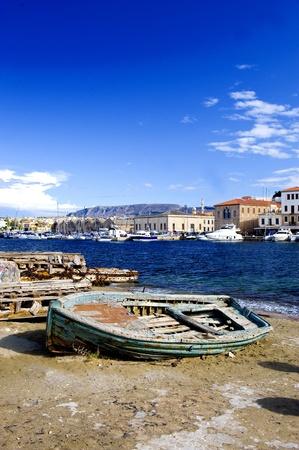 kreta: Rostigen alten Boot am Ufer in Griechenland Insel Kreta