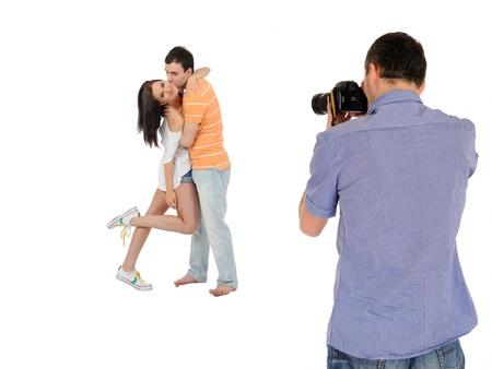professzionális férfi fotós készítés családi kép a stúdióban. elszigetelt
