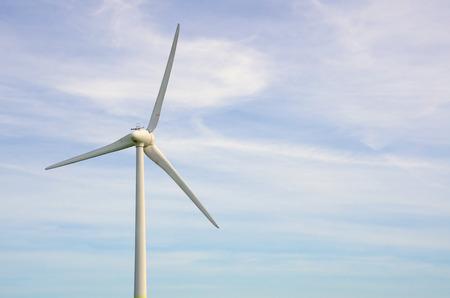 흐린 푸른 하늘을 풍력 터빈. 모션이 높은 셔터 속도로 고정되었습니다. 스톡 콘텐츠