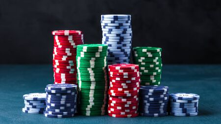 stack of poker chips on a blue table on a black background Banque d'images - 134842762