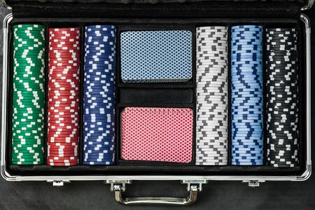 poker set in suitcase top view Banque d'images - 134842786