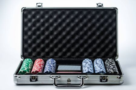 Suitcase with poker set on a light background Banque d'images - 134842838