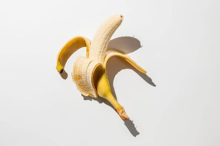 Peeled banana on white background Banque d'images - 134842910