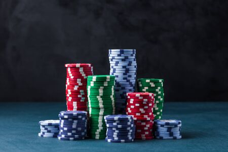 stack of poker chips on a blue table on a black background Banque d'images - 135168336