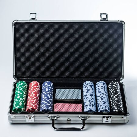 Suitcase with poker set on a light background Banque d'images - 134842963