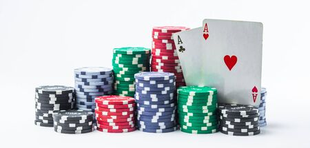 stack of poker chips and two aces on a white background Banque d'images - 134843047