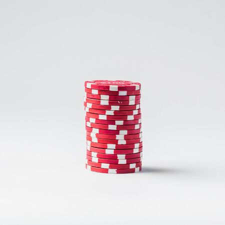 Stack of red poker chips on a white background Banque d'images - 134843051