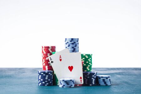 stack of poker chips with two aces on a white background isolate Banque d'images - 134843129