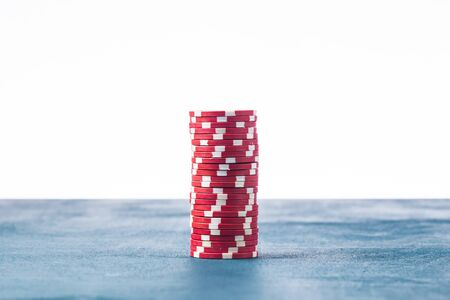 Stack of red poker chips on a white background Banque d'images - 134843128
