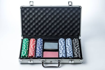 Suitcase with poker set on a light background Banque d'images - 134843137