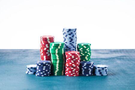 Pila de fichas de póquer en la mesa sobre un fondo blanco aislar Foto de archivo