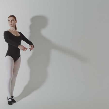 coreografia: Mujer de gimnasio haciendo ejercicios de coreograf�a