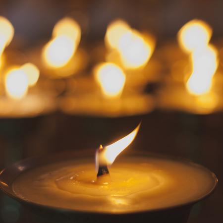 candil: La quema de velas en el monasterio, la India Foto de archivo