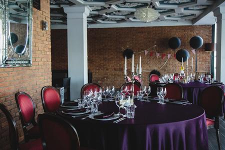 decoracion mesas: la decoración de la sala y mesas para la celebración con los colores oscuros Editorial