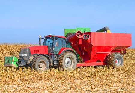mellow: A tractor with a trailer to transport the grain to harvest corn