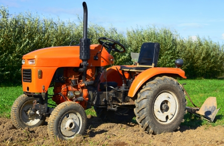 agricultural tenure: Wheeled tractor in the field